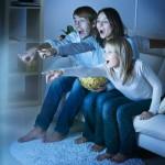 Familie ser på fladskærms TV