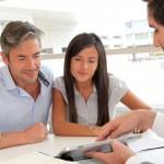Ungt par i banken for at søge om lån