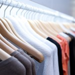 Tøj på bøjler i tøjbutik