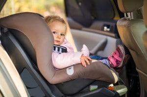 Baby i barnesæde i bil