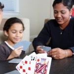 Familie spiller kort