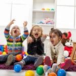 Fire børn leger på børneværelse