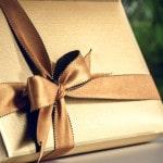 Gave indpakket i guldpapirt med flot bånd