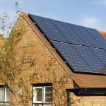 Murstenshus med tegltag med solceller på taget