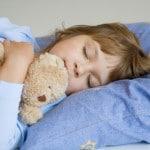 barn sover med bamse