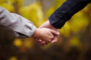 Par holder hænder i naturen - romantik