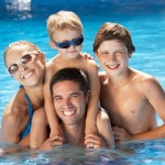Familie i swimming pool