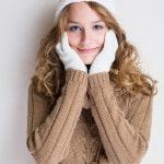Pige med hvid hue og hvide handsker