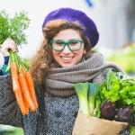 Kvinde har købt friske grøntsager