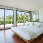 Seng i lyst soveværelse med udsigt