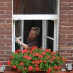 Vinduespudsning af privat hjem med glasklud