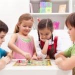 En gruppe børn spiller et spil