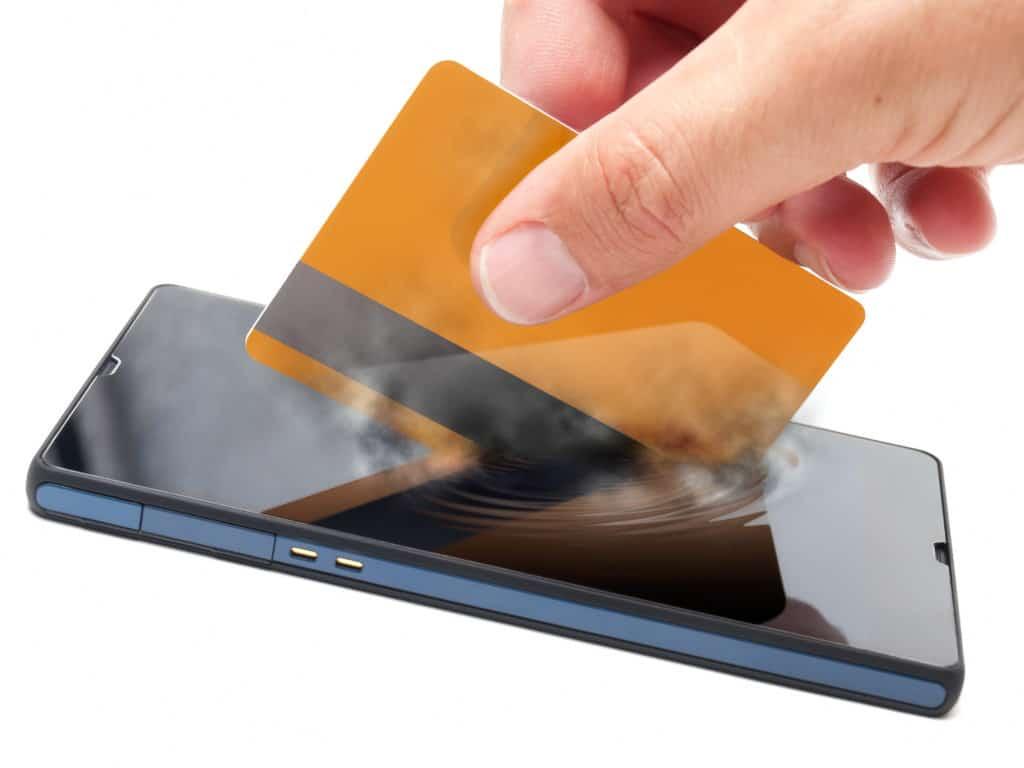 mobiltelefon-med-kreditkort-digital-betaling