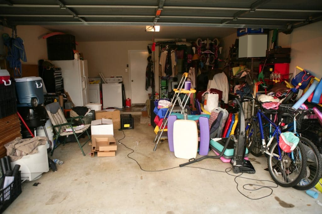 garage-fuld-af-gamle-ting-og-sager-velegnet-til-et-loppemarked