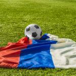 vm-i-fodbold-2018-det-russiske-flag-paa-en-fodboldbane