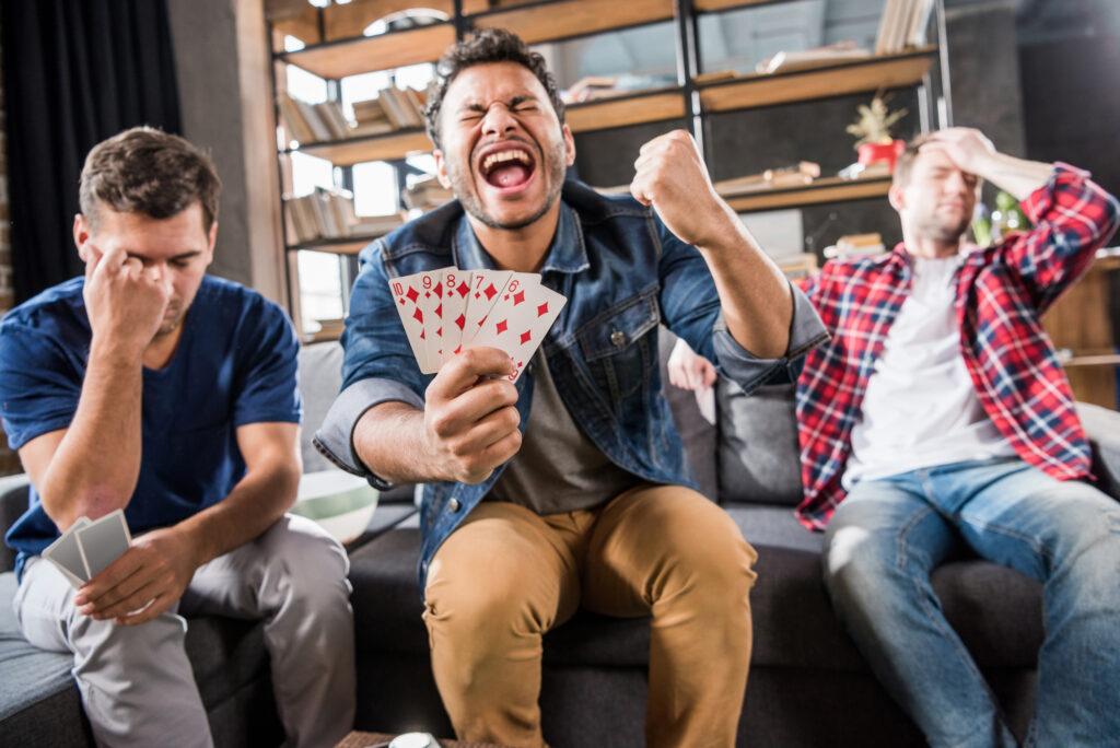 mand-med-5-spillekort-som-udgoer-en-flush-er-i-ekstase-over-at-have-vundet-i-spil
